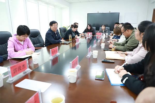 党委书记冯印涛主持召开青年教师代表座谈会